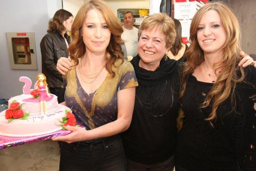 הרווקה והמשפחה - קרין שמיר חוגגת יומולדת יחד עם אחותה ואמה. צילום: ערן לםץ.