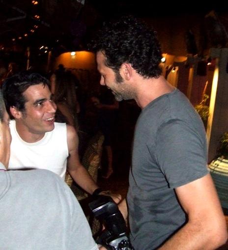 ליאור מילר ואביב גפן אחרי התקפת הצילום שאחזה בליאור. צילום: בראש פורטל יופי ישראלי.