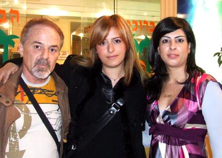 מיכאלה בן חמו (במרכז)
