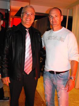יגאל ויצמן עם גדעון כהן על גג העולם.