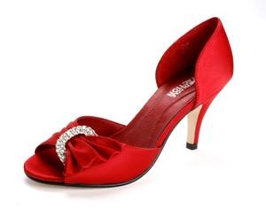 קנת' קול מציע: נעלי ערב מסאטן אדום וחושני בעיטורי טבעת יהלומים כפולה