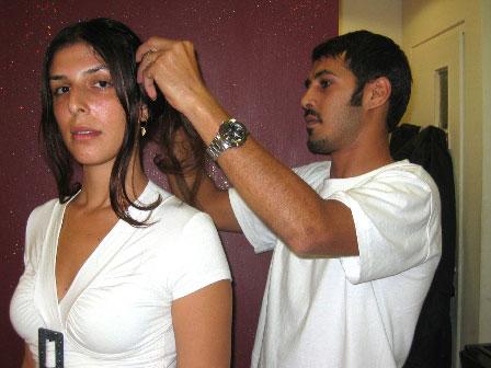 מעצב השיער קורן בהכנות לקראת קטלוג עיצוב שיער