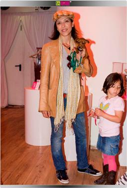 אסי לוי, הבת והפינצ'ר. צילום: שי ווליץ.