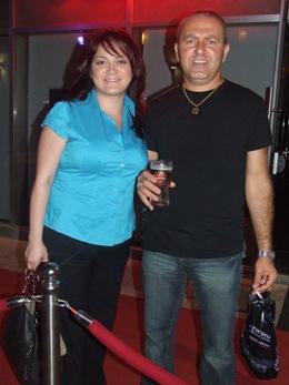 מעצבת התסרוקות אנג'לה ובעלה. צילום: בראש פורטל יופי ישראלי.