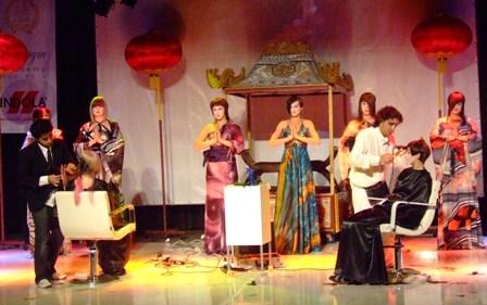 מוטיה רובין ורפאל רובין על הבמה.