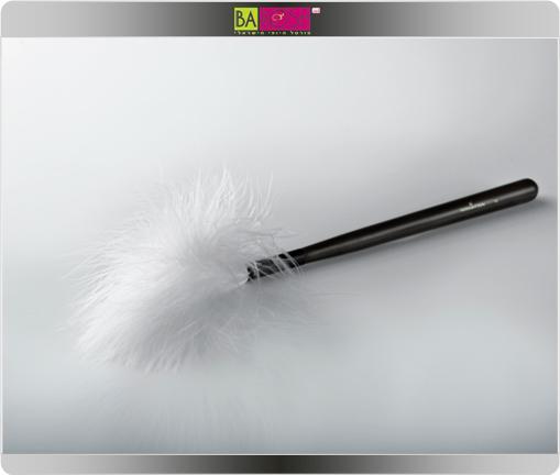 אמן האיפור יוסי ביטון משיק מברשת נוצות להנחה אחידה של פודרה ואבקות מבריקות על הפנים והגוף
