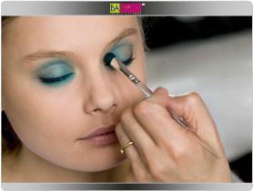 תמונה מספר 4 - טבלי מכחול בפלטת הצלליות so submine מס 80 המשלבת גוונים טהורים ועדינים, בגוון הכחול וחזקי את הגוון הטורקיז שמרחת מסביב לעין. יש למזג בהדרגה בין גווני הצלליות כדי ליצור מעבר צבע בצורה הדרגתית