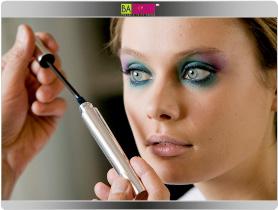 תמונה מספר 6 - צפי את הריסים עם מסקרה 03 בגוון כחול סגול. למניעת הידבקות הריסים מרחי את המסקרה משורש הריסים כלפי מעלה ולא לצדדים