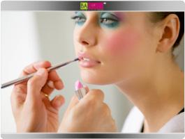 תמונה מספר 8 - עצבי את השפתיים עם העיפרון השפתיים בגוון הטבעי - Lip Pencil 03Nude ומשחי את השפתיים בשפתון בגוון הוורדרד - Joli Rouge Brillant 08 Pink sugar העוטף את השפתיים ברכות ומבטיח ברק זוהר ועמיד
