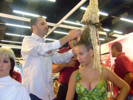 מעצב השיער צחי מויאל בהופעה. צילום: פורטל היופי הישראלי-בראש.