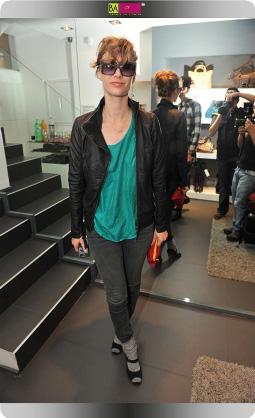 אמילי קרפל - סלבס בחנות אקססוריז