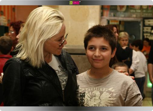 השחקנית מורן אייזנשטיין עם ילדי נפגעי תאונות דרכים