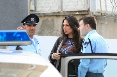 מורן אטיאס מקבלת הסברים מהשוטרים. צילום: סיון פרג'.