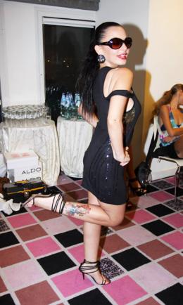 איך המשקפיים? והרגליים? - מאיה בוסקילה - Jimmy Choo - משקפי שמש בשיק. צילום: אלירן אביטל.