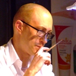 אלוף העולם בבניית ציפורניים בג'ל - אנטוני באקלי. צילום: פורטל היופי הישראלי-בראש.