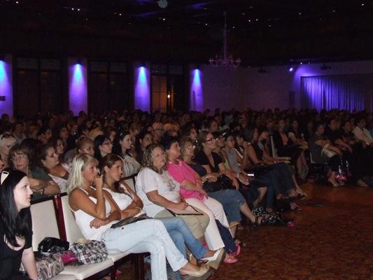 מאות טכנאיות ציפורניים בכנס נייל סטודיו 2009. צילום: בראש - פורטל יופי ישראלי.