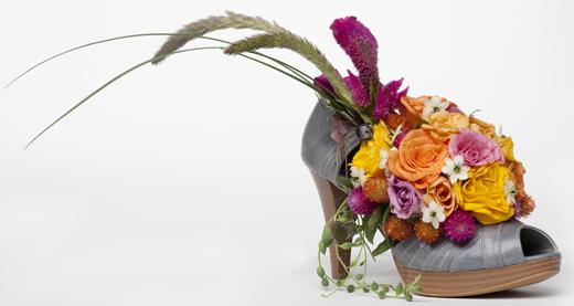 זר פרחים בנעל. צילום: יוסי כהן.