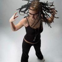 """דרדלוקס או כפי שנהוג לכנותם בישראל """"ראסטות"""", הם קשרים בשיער היוצרים תספורת המאפיינת את מאמיני דרך החייםהתרבות ראסטפארי."""
