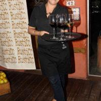 ליהי גרינר ממלצרת באירוע