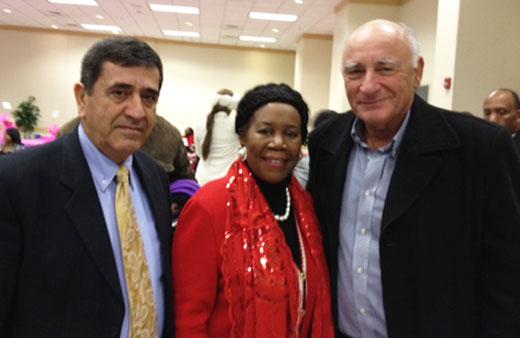 """מימין: גד מנור מנכ""""ל חברת קארין גל CHI, חברת הקונגרס שילה ג'קסון, אנטון איוב מנכ""""ל העסקים העולמיים של החברה."""