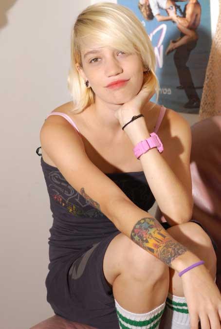 פריזנטורית TNT , הדוגמנית הברזילאית,דניאלה פריאטיס-