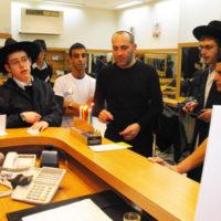 מדליקים נר 4 של חנוכה במספרות בתל אביב