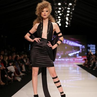 יוליה פלוטקין לובשת שמלה בעיצוב שונטל ותכשיטי Yvel צילום אבי ולדמן