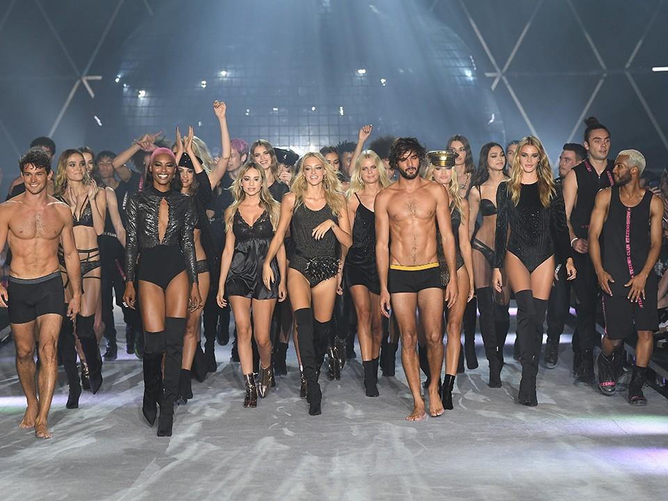 אלה איילון בתצוגת אופנה בפאריס עם פריס הילטון