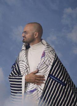 אברהם טל - שמיכה מחבקת. צילום מירי דוידוביץ