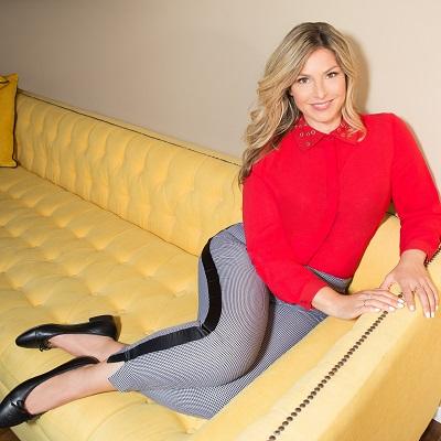 סנדרה רינגלר למתאים לי חולצה מכופתרת אדומה בשילוב צווארון ניטים זהב 389שח מכנסיים מחוטים פס שחור 389שח צילום עמיר צוק