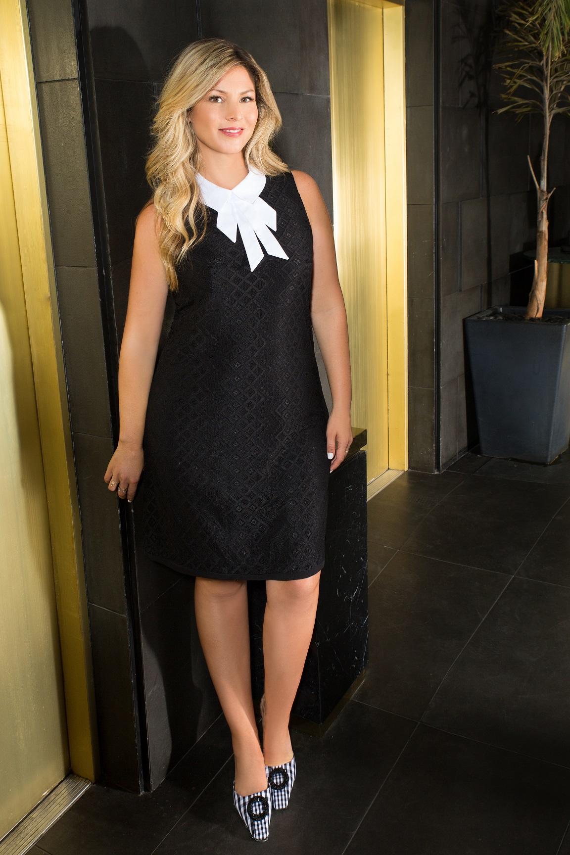 סנדרה רינגלר למתאים לי שמלה שחורה בשילוב צווארון פפיון לבן 449שח צילום עמיר צוק