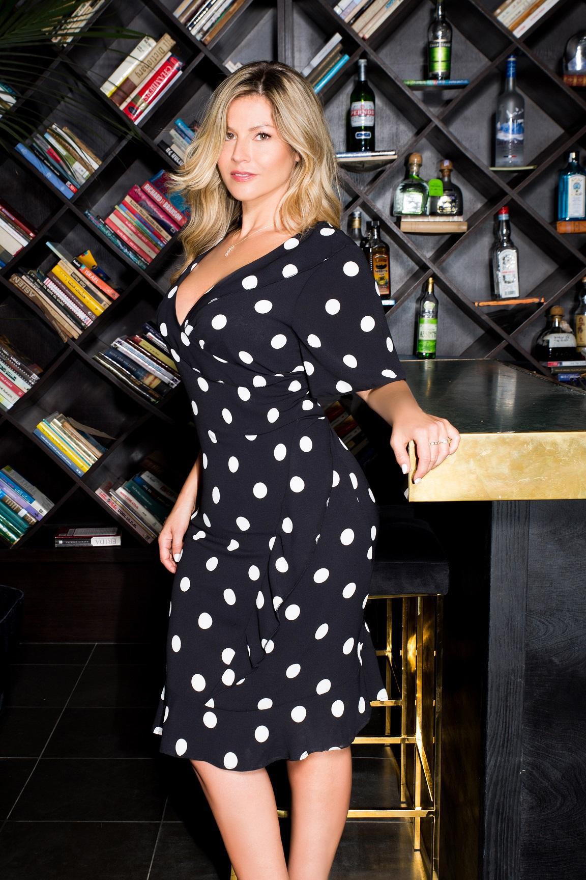 סנדרה רינגלר למתאים לי שמלה שחורה עיגולים לבנים 449שח צילום עמיר צוק (2)