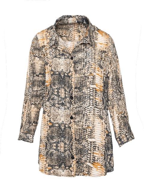 סנדרה רינגלר למתאים לי חולצת כפתורים הדפס נחש צילום גלעד בר שליו.