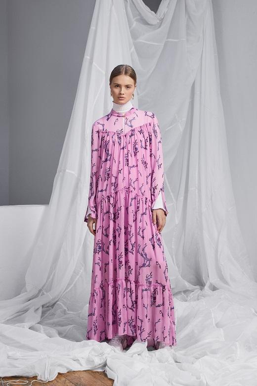 המותג הגרמני אסקדה ספורט למילוס שמלת מקסי ורודה פרחונית 2600שח צילום יחצ חול